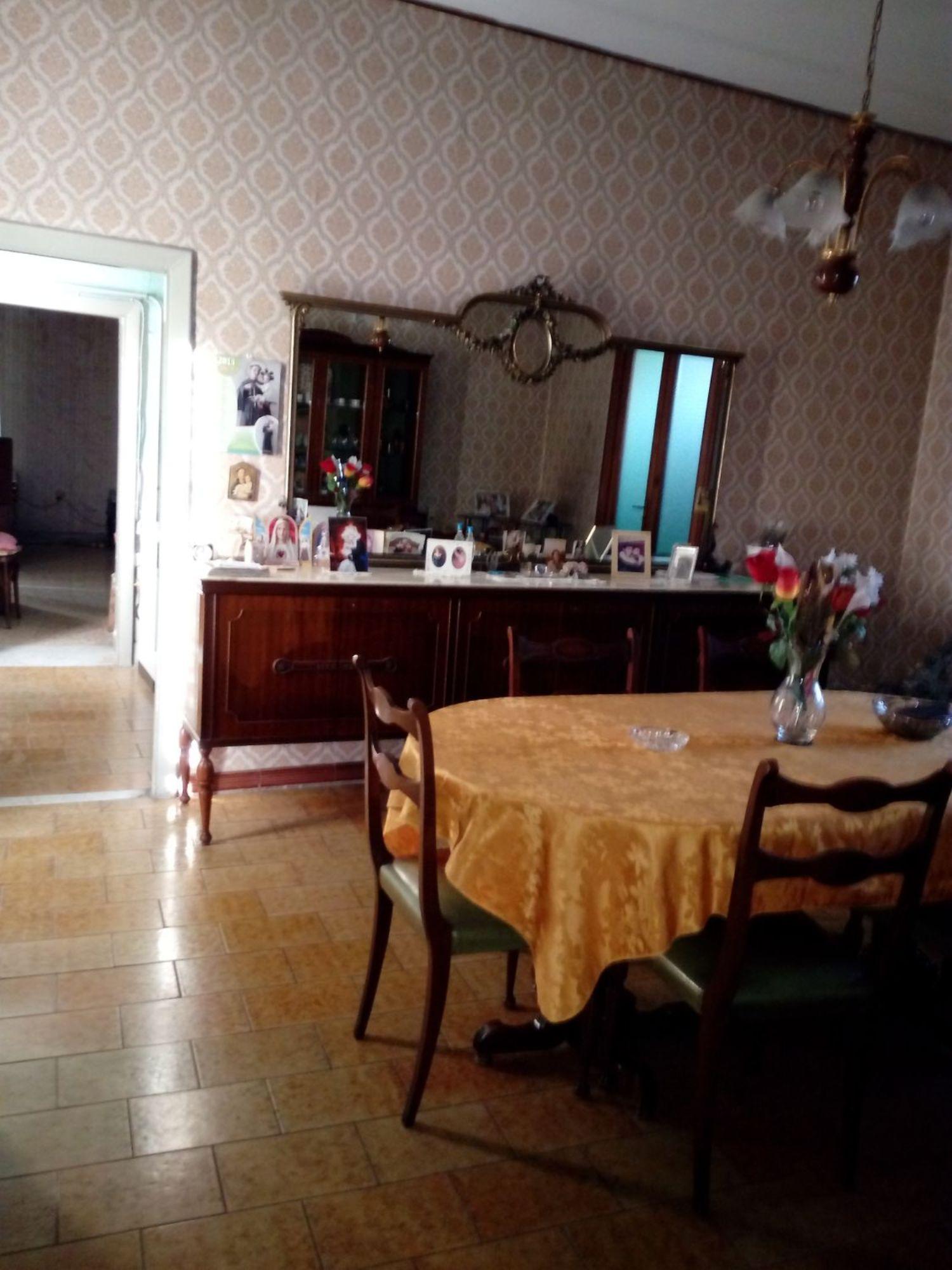Soluzione Indipendente in vendita a Avellino, 8 locali, prezzo € 170.000 | Cambio Casa.it