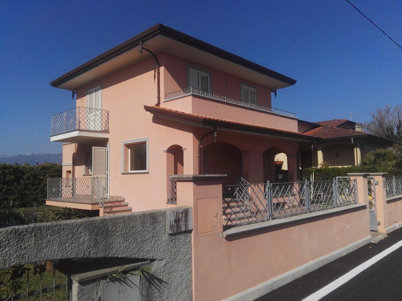 Soluzione Indipendente in vendita a Camaiore, 6 locali, prezzo € 620.000 | CambioCasa.it