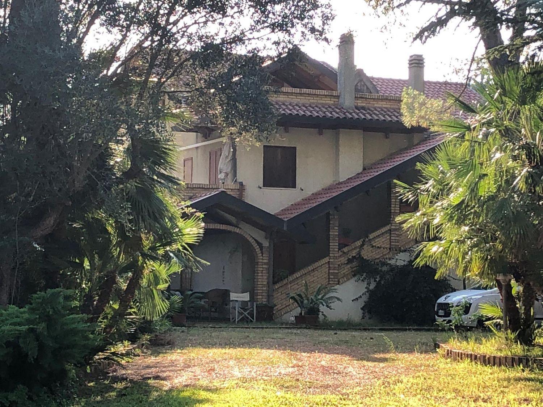 Soluzione Indipendente in vendita a Pianella, 7 locali, prezzo € 500.000   CambioCasa.it