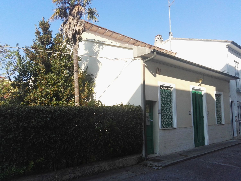 Soluzione Indipendente in vendita a Camaiore, 5 locali, prezzo € 320.000 | CambioCasa.it