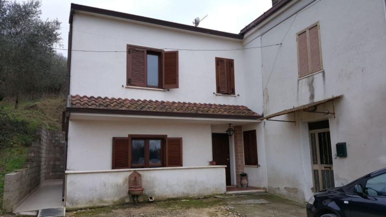 Soluzione Indipendente in vendita a Ortona, 7 locali, prezzo € 200.000 | CambioCasa.it