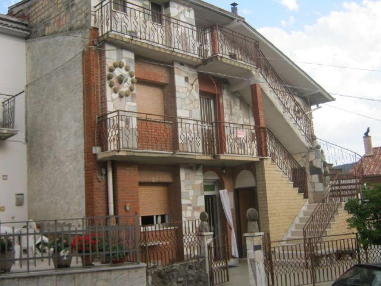 Appartamento in vendita a Montefalcone di Val Fortore, 12 locali, prezzo € 150.000 | Cambio Casa.it