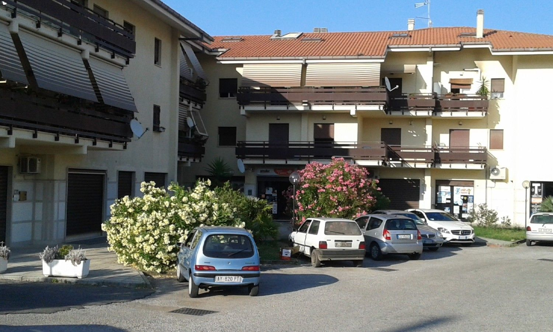 Immobile Commerciale in vendita a Velletri, 9999 locali, prezzo € 180.000   CambioCasa.it