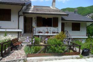 Case In Pietra Di Montagna : Villaggio di montagna con case fatte di pietre u foto stock