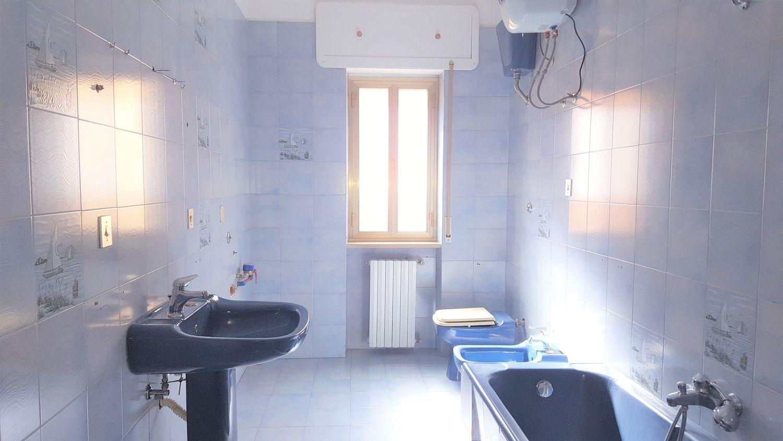 Rifacimento Bagno Casa In Affitto : Affitto di appartamento in via montegrappa cagnano varano