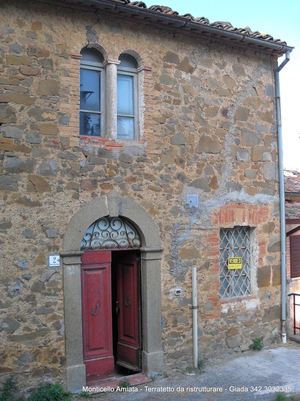 Grosseto Invest di L. Ciampi:: Facciata di  casa di paese in vendita a  Monticello Amiata, via della stazione, 24, Cinigiano
